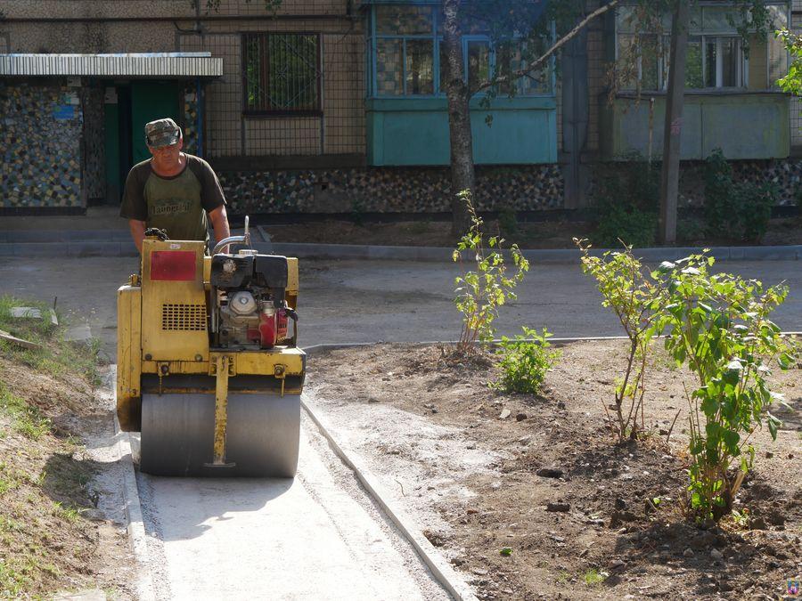 У Покрові ремонтують прибудинкові місця